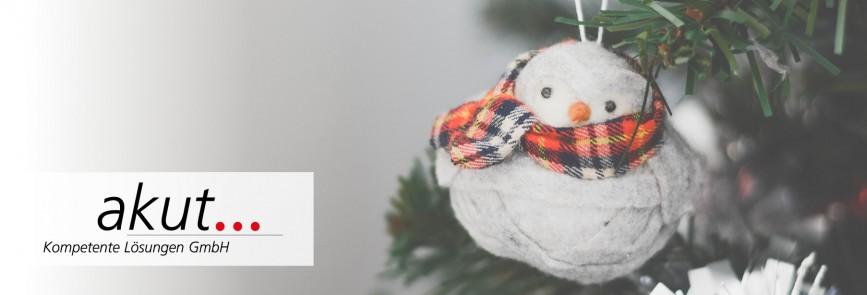 Eine Weihnachtskugel in Schneemann-Form