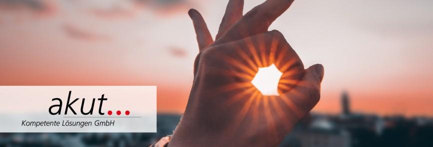 Ein Handzeichen vor einem Sonnenuntergang.